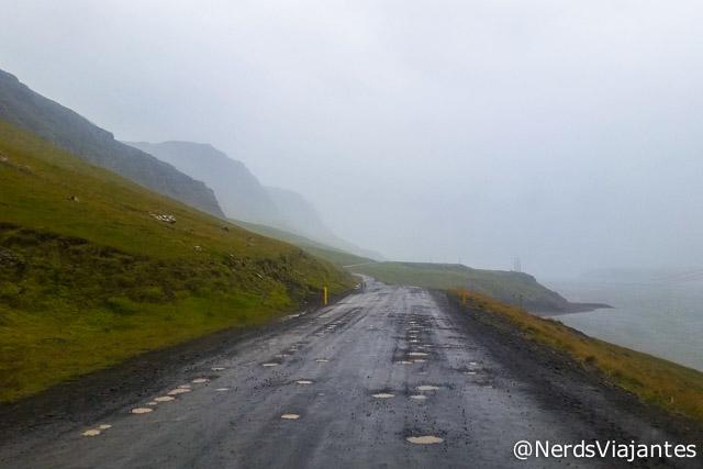 Estrada com muitos buracos em Snaefellsnes, na Islândia