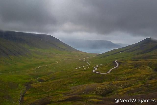 Estrada com muitas curvas nos fiordes do oeste da Islândia