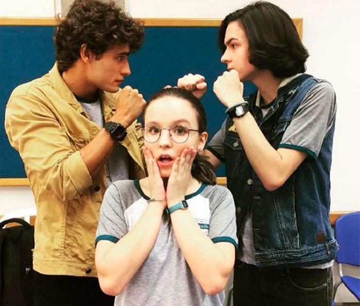 ... para convidar ao evento, por ser pouco popular na escola. Ela conta com  a ajuda do único grande amigo, Bruno (Daniel Botelho), e do pai Edu (Rafael  ... 3c0fa4871a