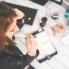 woman-hand-desk-office decisiones