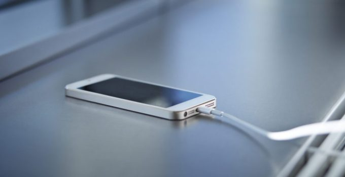 10 Cara Charge HP yang Benar Agar Baterai HP Awet