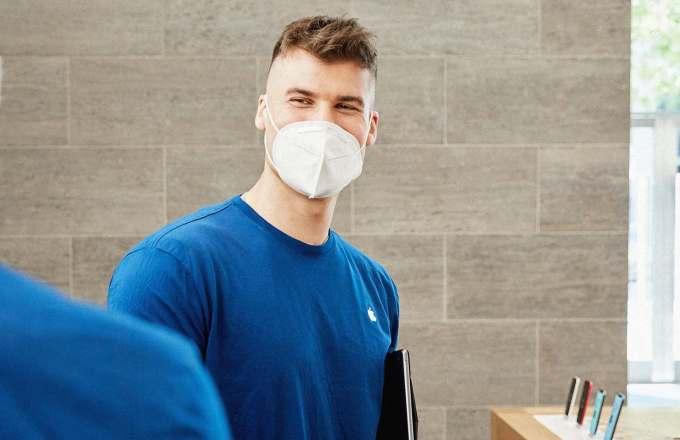karyawan Apple Store pegawai toko menggunakan masker saat pandemi corona covid-19