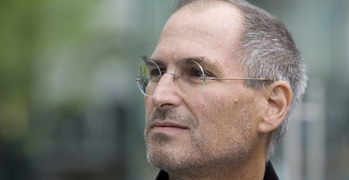 Tim Cook Berbagi Kisah di Twitter untuk Kenang Steve Jobs
