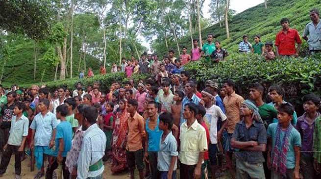 राशनबंदी के खिलाफ सड़क पर उतरे चाय श्रमिक