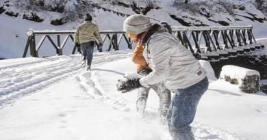 सिक्किम और अरुणाचल में भारी बर्फबारी, सैलानी उठा रहे हैं लुत्फ़