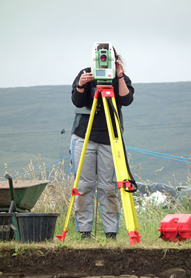 Alette recording find positions with the Total Station. (Sigurd Towrie)