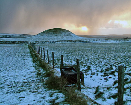 Maeshowe from the rear. (Sigurd Towrie)