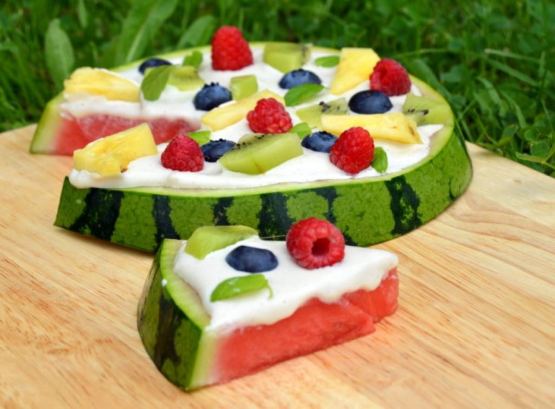 raw fruit pizza with cashew topping