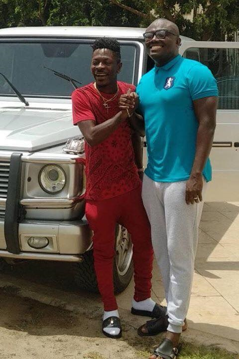 Shatta Wale receives a G-Wagon from Kwabena Duffour Jnr & Bola Ray