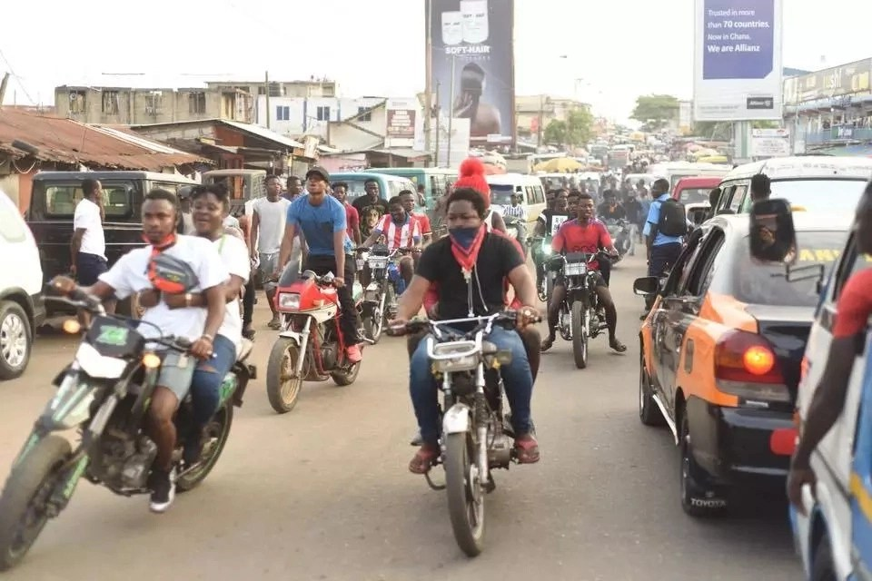 Shatta Wale spends quality time with fans, kids and market women on the streets