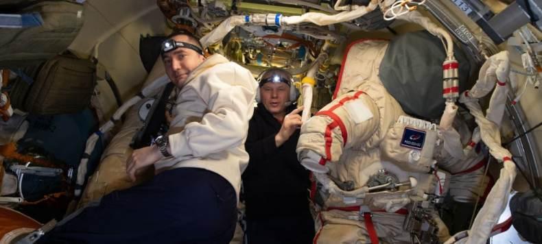 Pyotr Dubrovnik (izquierda) y Oleg Novitskiy preparan trajes espaciales rusos Orlan para una caminata espacial