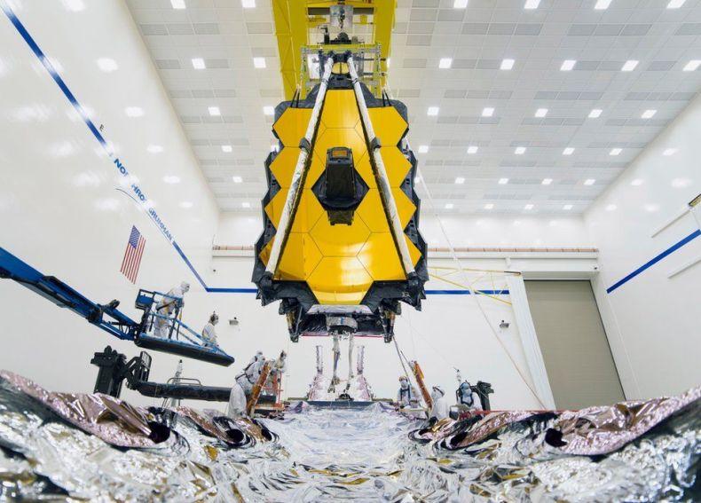 La imagen muestra el telescopio espacial James Webb de la NASA en un entorno de prueba