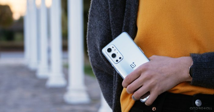 La parte posterior del OnePlus 9 Pro en Morning Mist