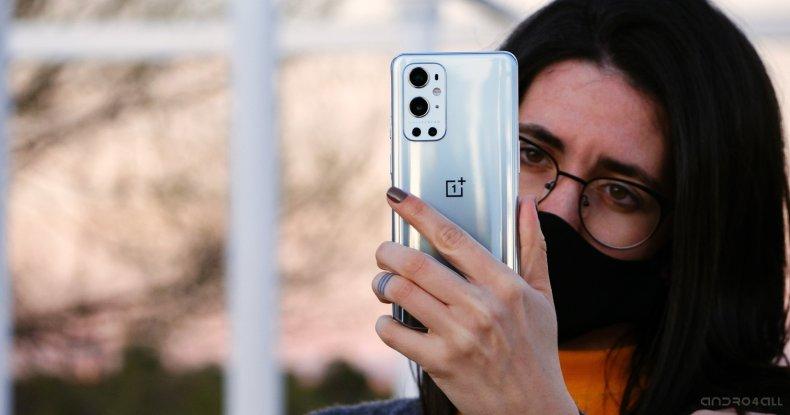 Parte trasera de OnePlus 9 Pro plateada