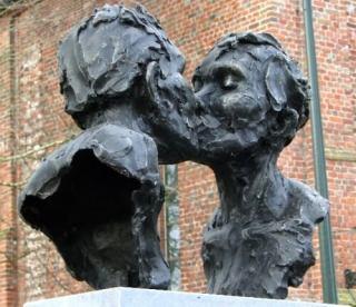 sculpture kissing couple