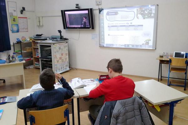 Učenici iz područne škole prate nastavu iz engleskog jezika i matematike