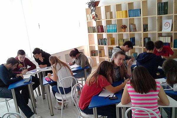 U zagrebačkoj IX. Gimnaziji učenici u grupama rješavaju zadatke.