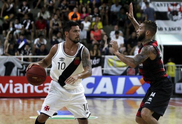 Vascaíno Palacios é acompanhado de perto no duelo contra o Vitória