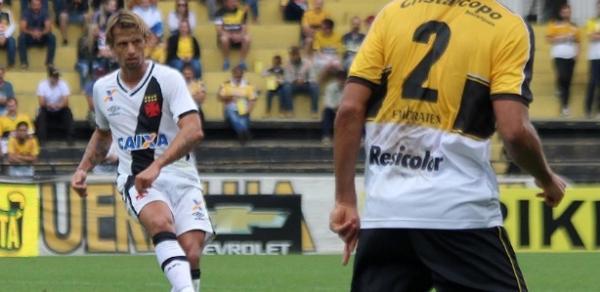 Diguinho foi contestado, mas teve seu contrato renovado pela diretoria do Vasco