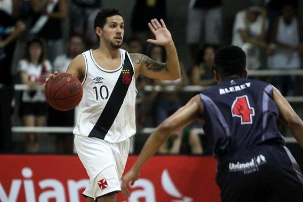 Palacios, do Vasco, com a bola no jogo contra o Franca