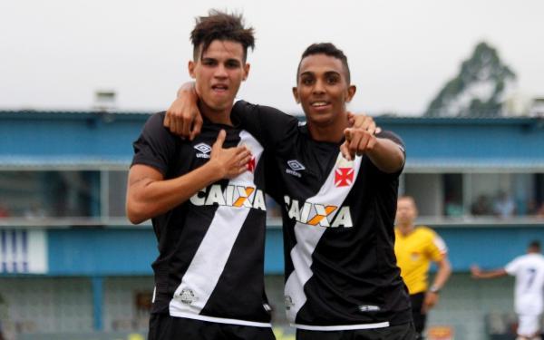 Matheus Moresche comemora gol ao lado de Rafael França