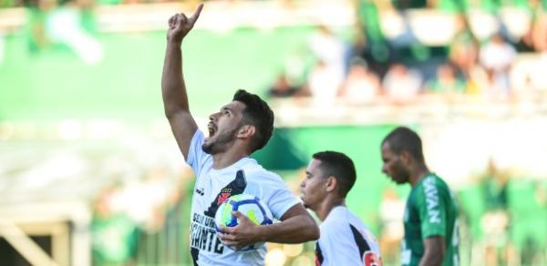 Andrés Rios comemora gol de empate do Vasco contra a Chapecoense, no domingo