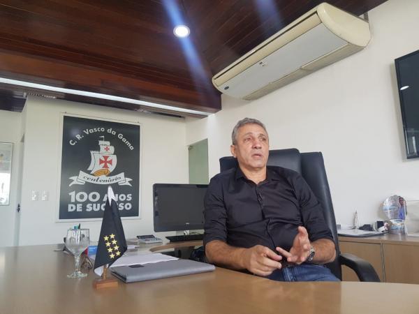 Alexandre Campello durante entrevista na sala da presidência do Vasco