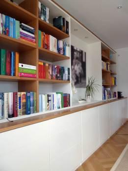 Wandschrank-MDF-weiss-lackiert-und-Eiche-Massivholz-bearbeitet