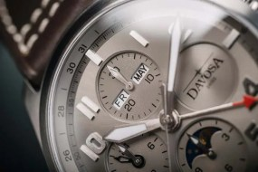 Der Newton Pilot Moonphase Chronograph in drei limiterten Versionen