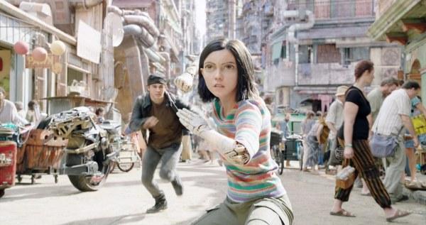 Eine entsorgte Cyborg-Frau (Rosa Salazar) in einer überzeugend gestalteten Welt.