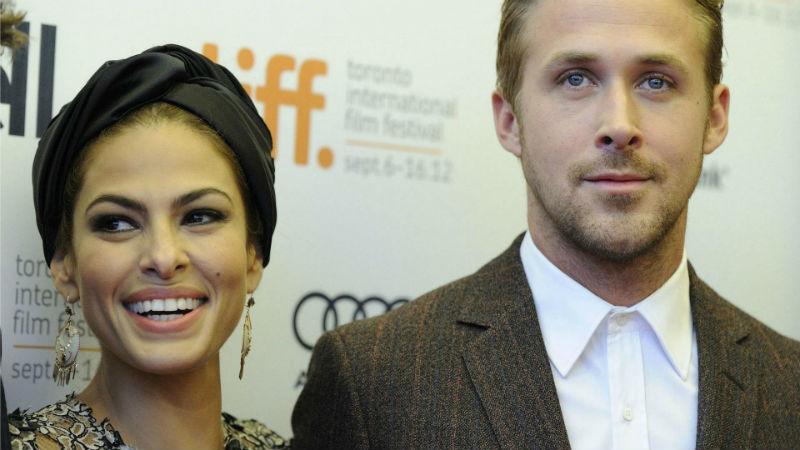 Eva Mendès et Ryan Gosling, tous deux acteurs américains, ont partagé l'affiche du film The place beyond the pines. Elle a également joué dans Last night et lui dans Drive et N'oublie jamais.
