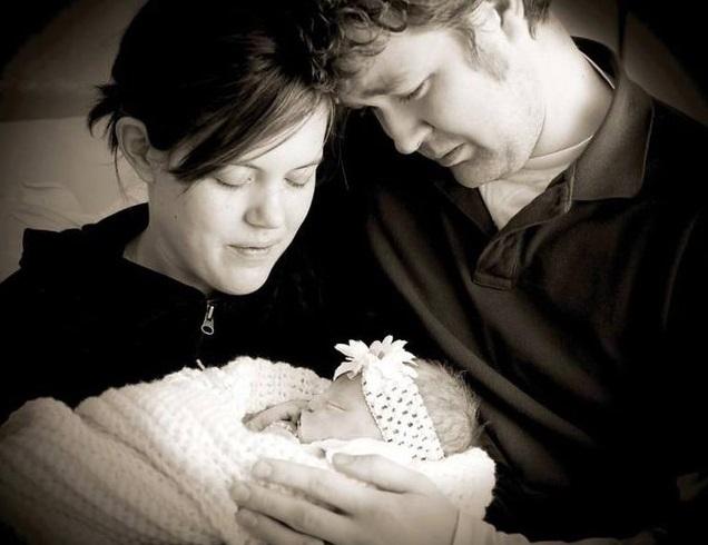 Des photos poignantes de parents posant avec leur bébé6