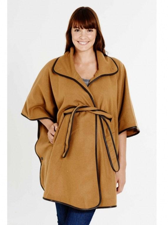 """Voici une autre cape de grossesse, de couleur camel, en laine mélangée. Avec des finitions raffinées et une matière chaude, elle est parfaite pour l'hiver. Sa ceinture structure et affine la silhouete. Cape """"Cape Town"""" de Slacks and co. 225 euros."""