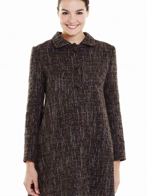 """Rose tramé et marron, ce manteau possède un col Claudine. Il est d'esprit vintage par ses boutons et la maille effet tweed. Avec ce manteau, vous aurez un côté rétro ultra tendance ! Et surtout, la matière est agréable à porter. Manteau """"Coco"""" de Pomkin. 119 euros."""