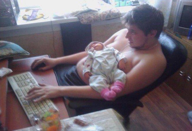 papa se sert de son ventre pour endormir bebe