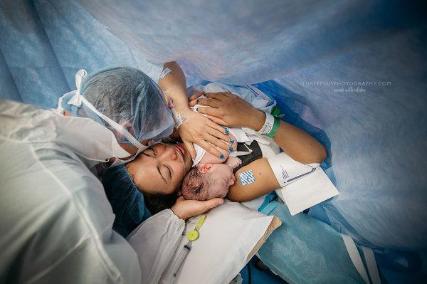 photos-accouchement-papa-et-bebe-bienvenue-photographe-professionnel-22