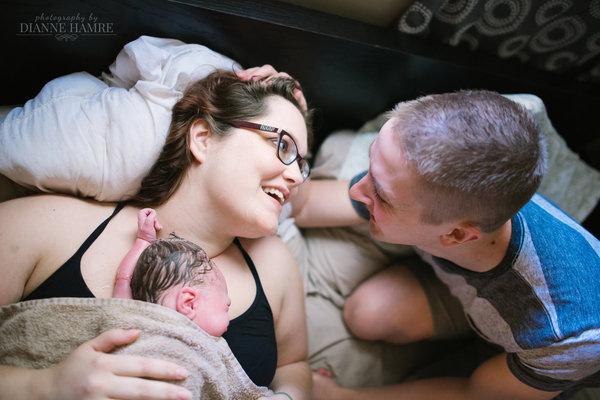 photos-accouchement-papa-et-bebe-bienvenue-photographe-professionnel-24