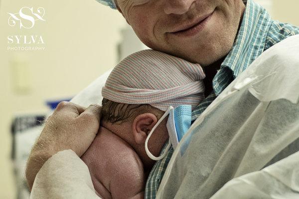 photos-accouchement-papa-et-bebe-bienvenue-photographe-professionnel-28