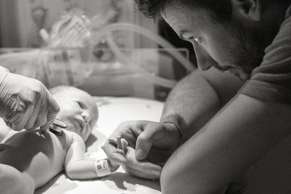photos-accouchement-papa-et-bebe-bienvenue-photographe-professionnel-34