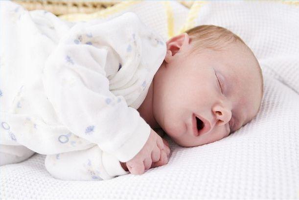 76b5dbe027ab7 Savez-vous pourquoi bébé a des spasmes quand il dort   - Neufmois.fr