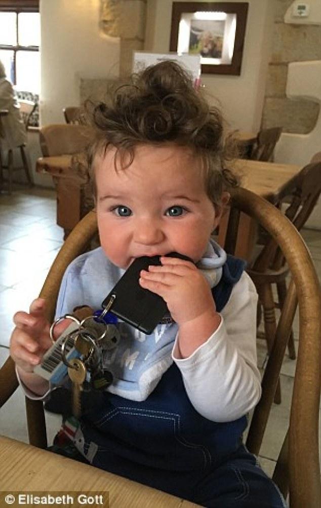 fils elisabeth bebe cheveux fous