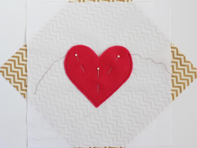 DIY oreiller secret coeur rouge cousu