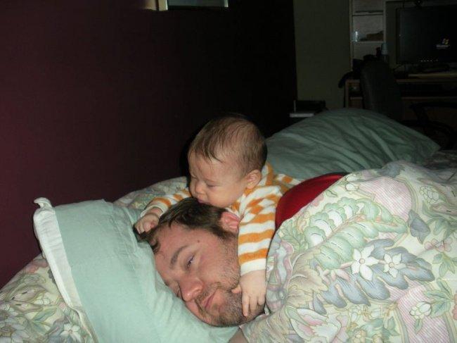 Quotidien des parents - bebe sur papa