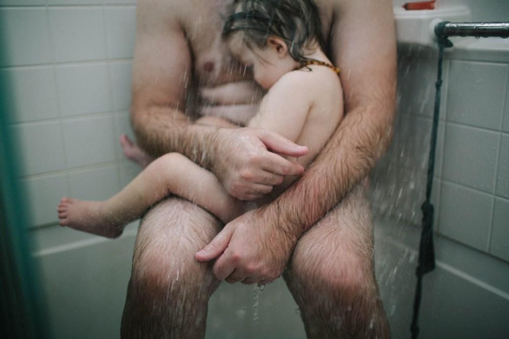 papa et son enfant sous la douche censuree facebook