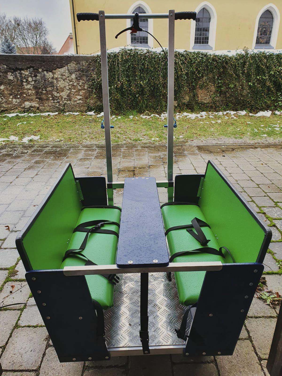 Grüner Kinderbus steht im Garten der Kita