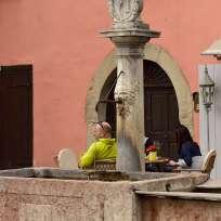 Der Dorfbrunnen am Hauptplatz / La fontana in Piazza Centrale