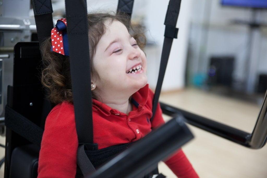Sesión de Lokomat para rehabilitación motora de una paciente infantil de daño cerebral