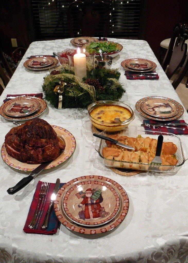 Imagen de una mesa con comida navideña y decoración típica de la fecha