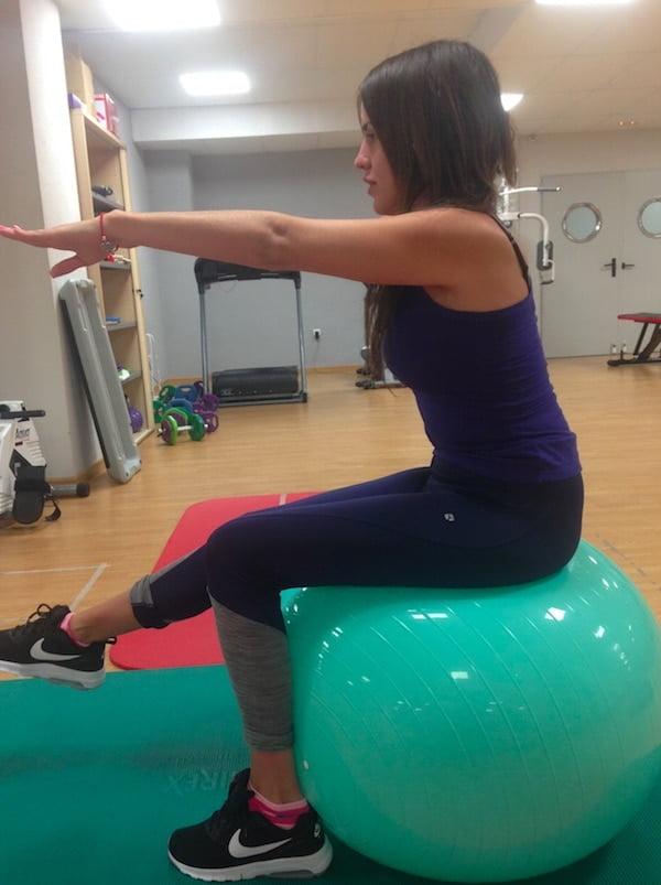 En los ejercicios propioceptivos se pueden emplear objetos como un bosu, una pelota de bobath, theraband, trx,...
