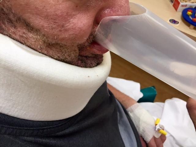 Paciente con disfagia del Servicio de NeuroRehabilitación de Hospitales Nisa bebiendo en el vaso de plástico adaptado